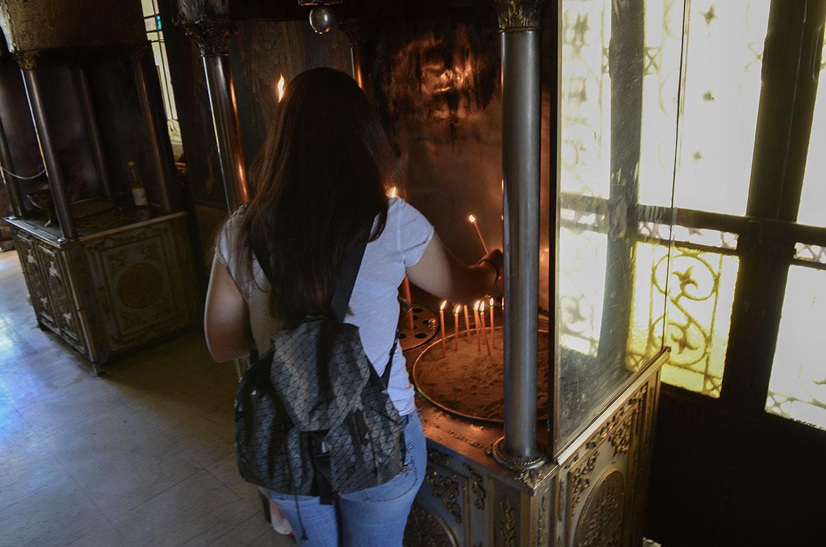 Подносы для установки свечей в греческой православной церкви не делятся на заздравные и заупокойные, отличаются песком для мелких и отверстиями для крупных.