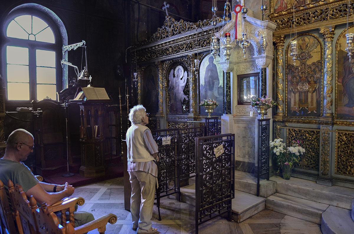 Чудотворная икона Богородицы Скоропомощницы хранится в мраморном напольном киоте, в левой части алтарного иконостаса здешней греческой православной церкви.