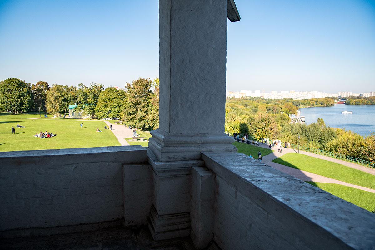 Между смотровой площадкой храма Вознесения и дворцовым павильоном ранее находился загородный летний императорский дворец, так и не посещенный заказчиком.