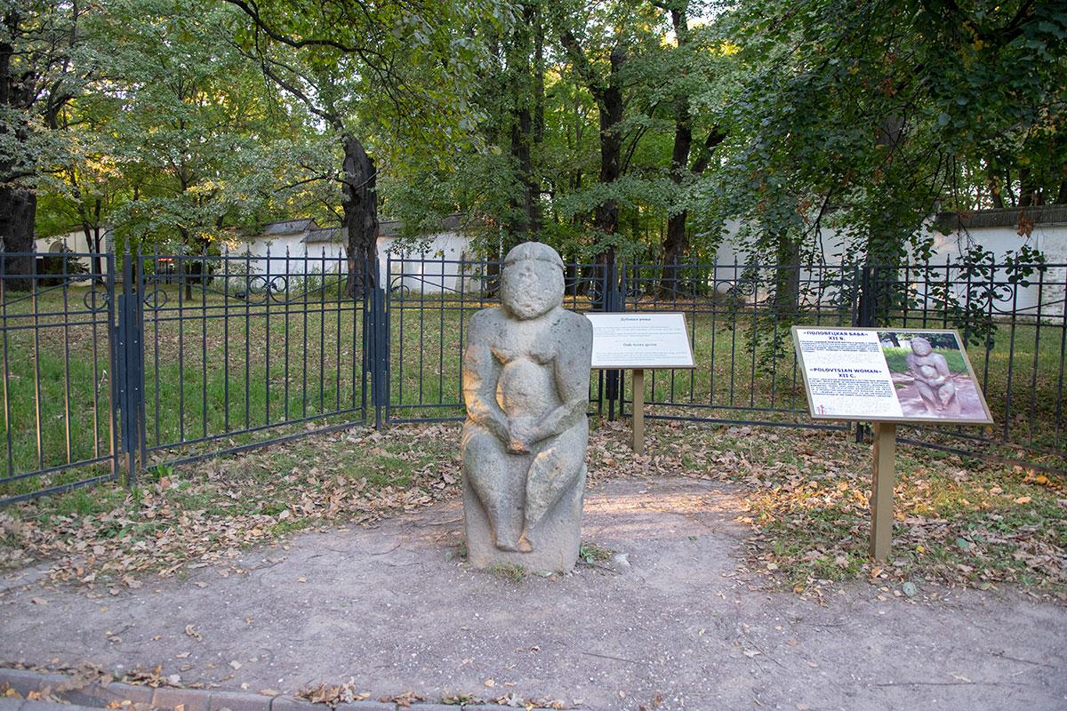Размещенная в музее-заповеднике Коломенское каменная баба находится недалеко от домика Петра Первого с памятником царю.