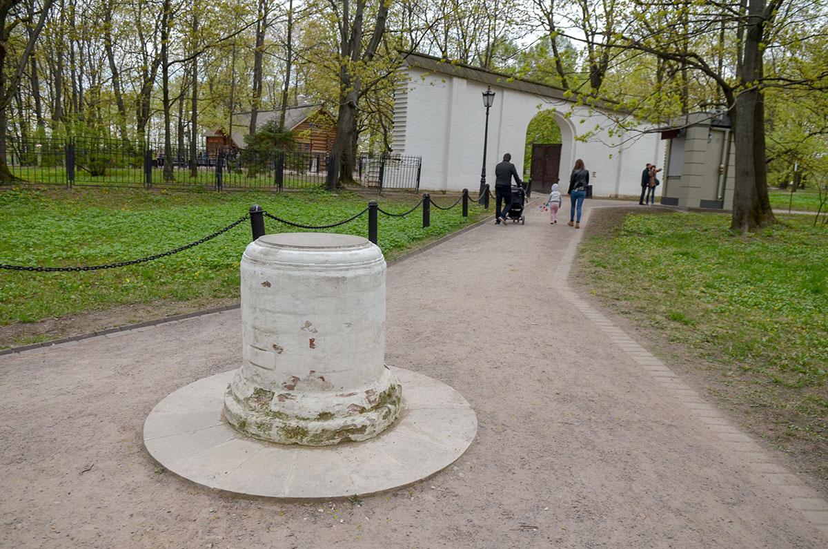 Челобитный столб в музее-заповеднике Коломенское находится на месте бывшего юго-восточного угла сгоревшего дворца.