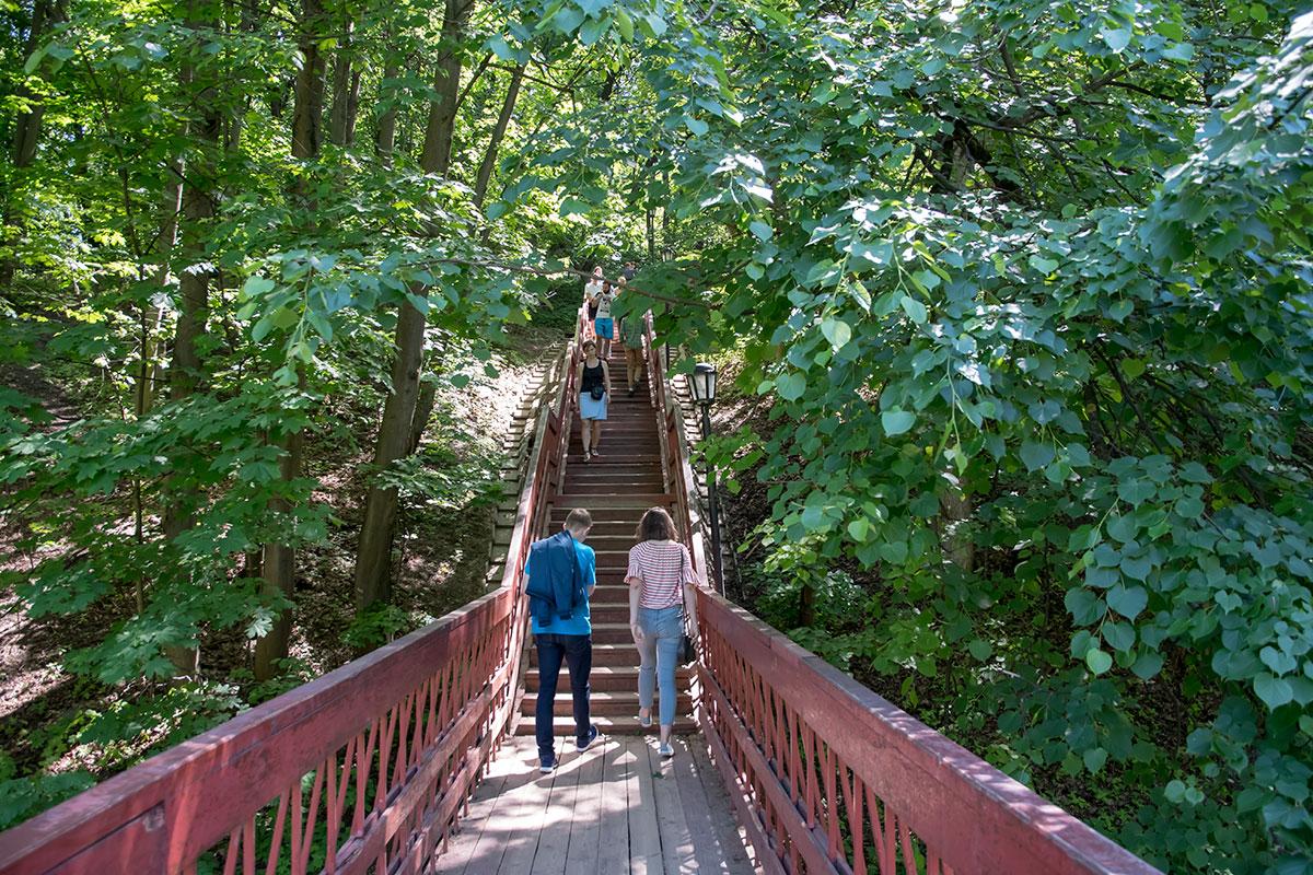 К Дьяковской церкви посетители музея-заповедника Коломенское поднимаются по деревянной лестнице, гора крутая.