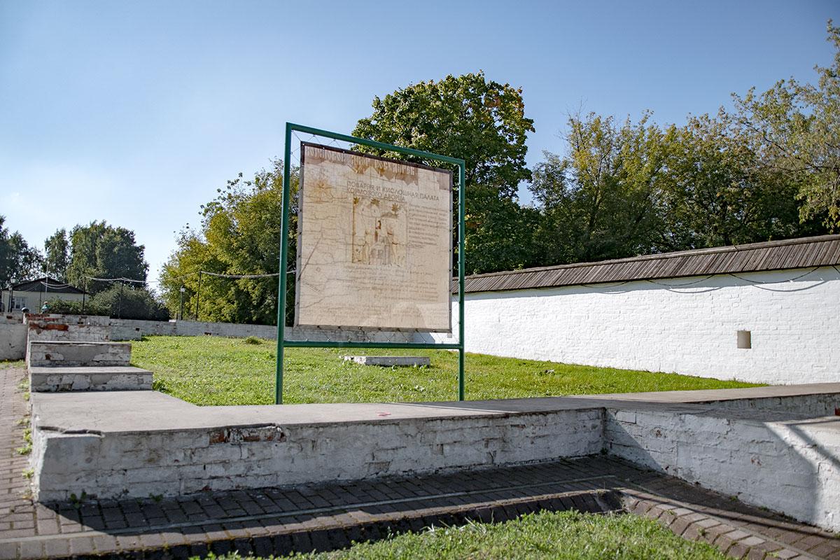 Выложенная из кирпича, тщательно побеленная стена с деревянной кровлей ограждает Кормовой двор царской усадьбы.