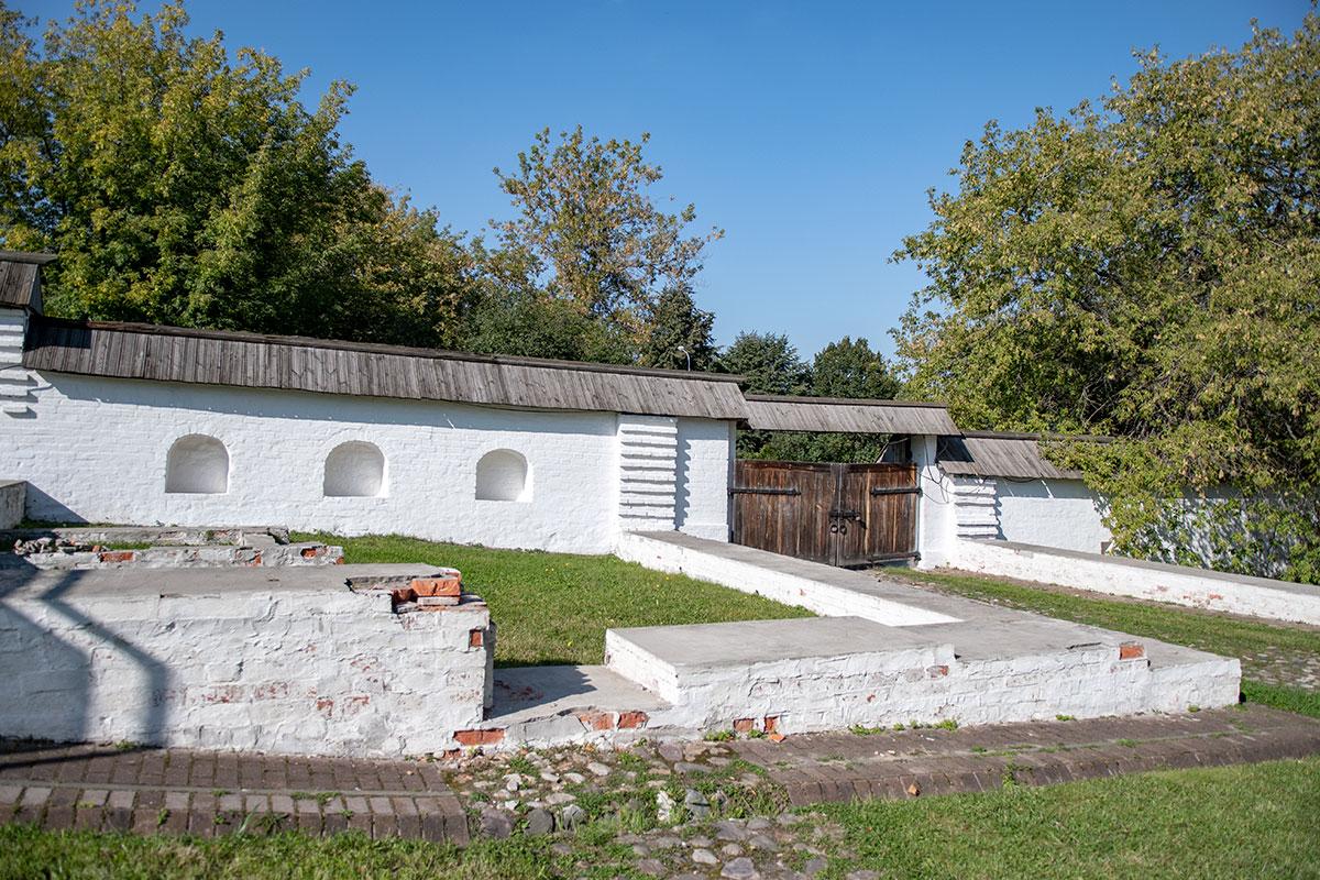 Аккуратно выполненные стенные ниши вполне могли быть принадлежностью кухонных помещений, составляющих государев Кормовой двор.