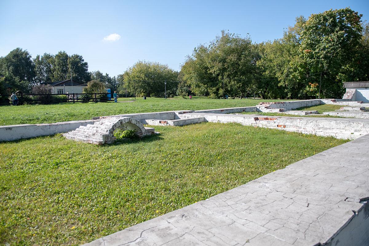 Восстановленные фундаменты зданий Кормового двора с поверхности защищены слоем раствора, что наводит на мысль о продолжении реконструкции.