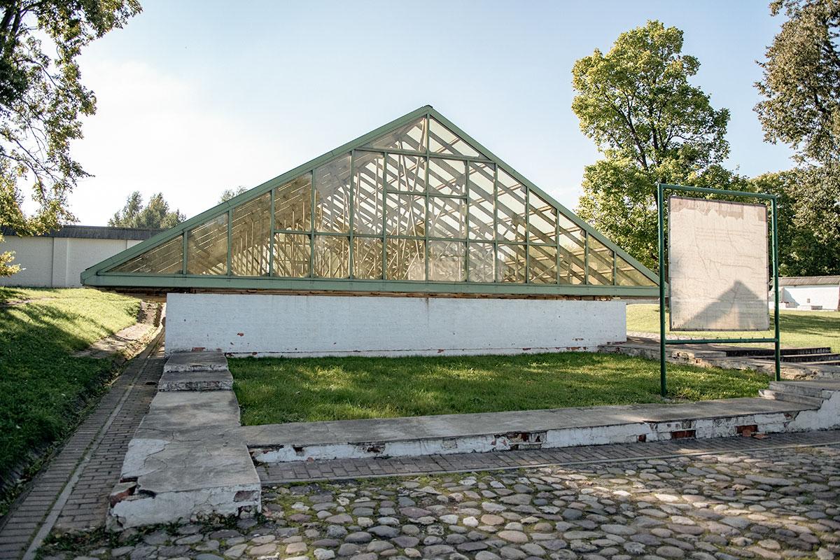 Защитное укрытие предохраняет от разрушения ледниковые погреба Кормового двора, где сохранялись скоропортящиеся продукты питания.