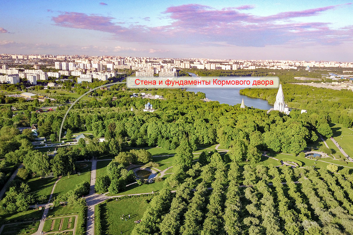Высотная фотография с указателем обозначает, как найти на месте царский Кормовой двор в западной части бывшей резиденции Романовых.