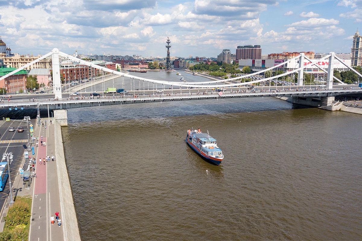 Выполненная квадрокоптером высотная фотография Крымского моста в Москве дает прекрасное представление об этом районе и его достопримечательностях.