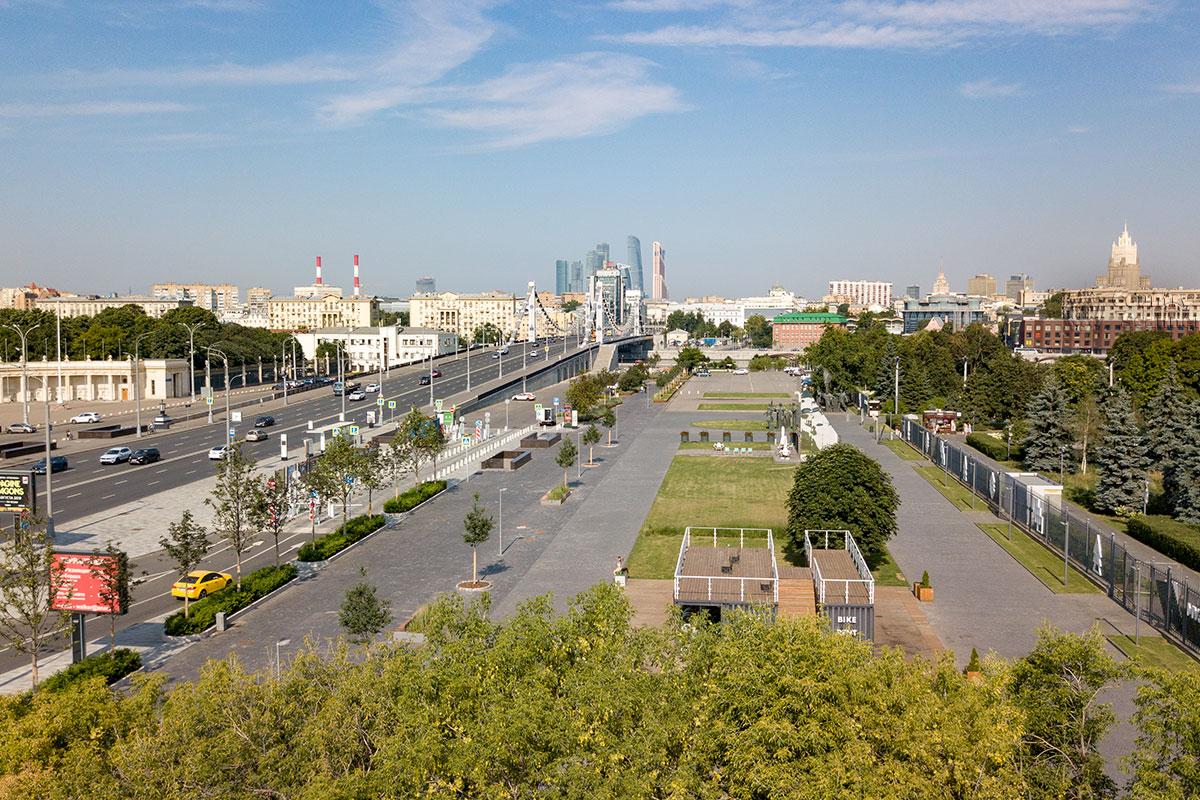 Проезжающие или проходящие Крымский мост в Москве по сторонам подъездной дороги видят два парковых комплекса, ныне объединившихся.