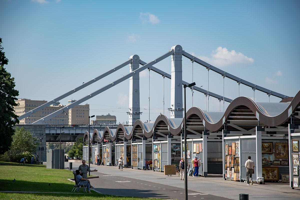 Наблюдая конструкции Крымского моста в Москве с набережной возле парка Музеон, поражаешься мощи и одновременно грациозности сооружения.
