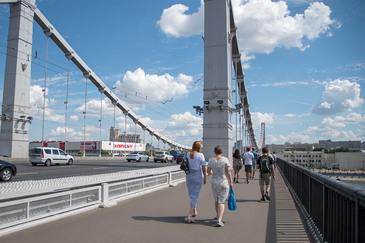 Любому путешественнику хочется лично пройти по Крымскому мосту в Москве, только здесь видны его клепаные колонны, флагштоки в форме ростров.