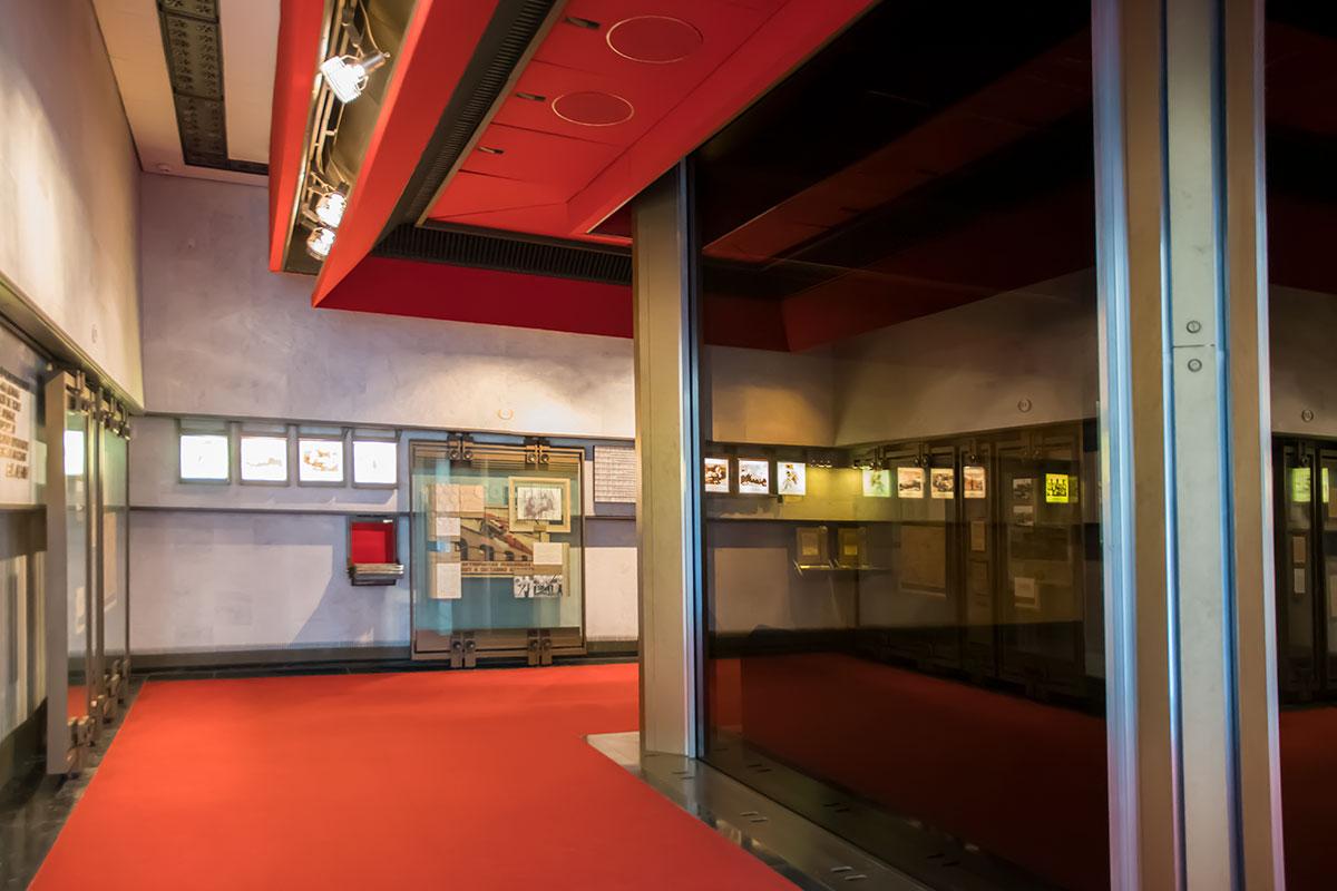 Несколько печальным выглядит оформление залов музея Ленина, где полы и потолки выполнены в цветах траурных повязок почетного караула.