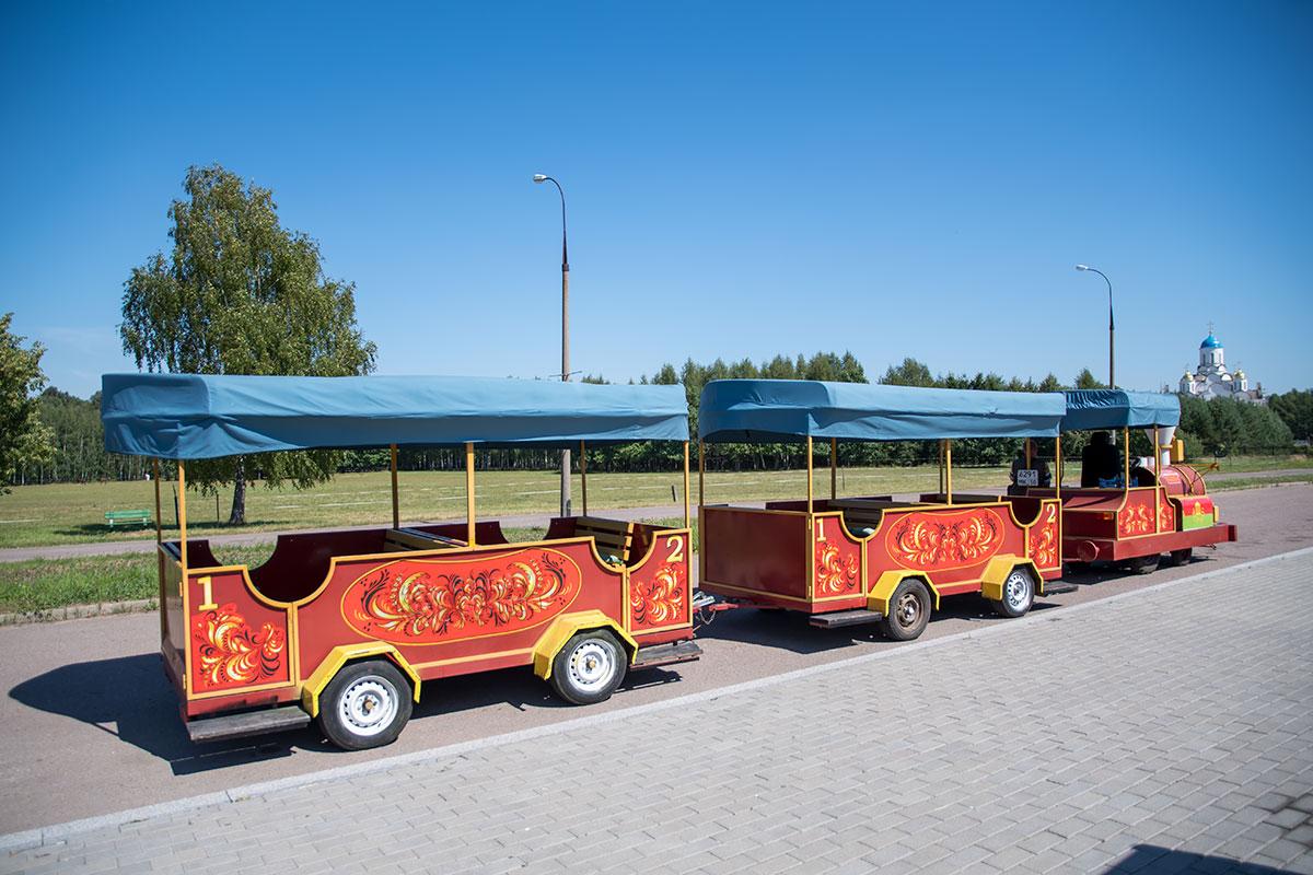 Добраться в музей Ленина от дачи в Горках либо наоборот поможет расписной паровозик на автомобильном ходу с двумя вагонами.
