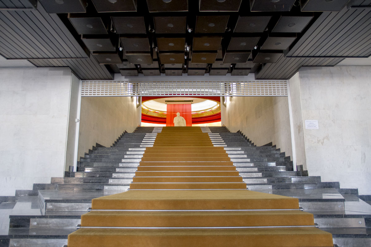 Лестница, ведущая в центральный зал музея Ленина, вызвала ассоциации с недавно виденными Пропилеями древнегреческого храма.