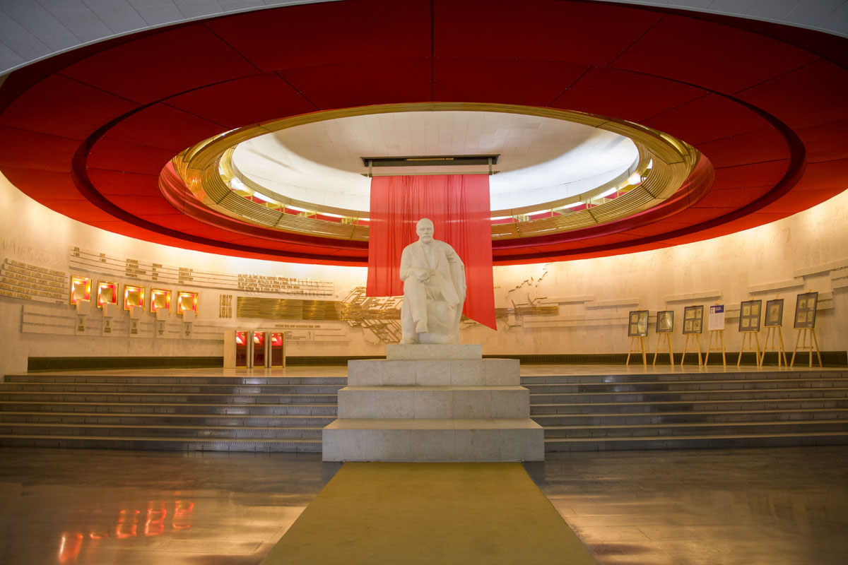 Не говоря об обожествлении бывшего вождя, отметим схожесть потолочного оформления музея Ленина с гигантским сверкающим нимбом.