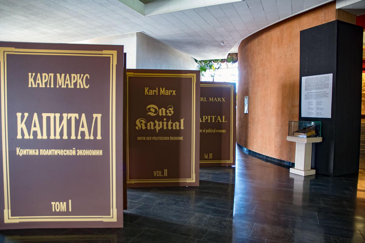 Музей Ленина подчеркнул историческое значение главного труда Карла Маркса, представив гигантские тома на разных языках.