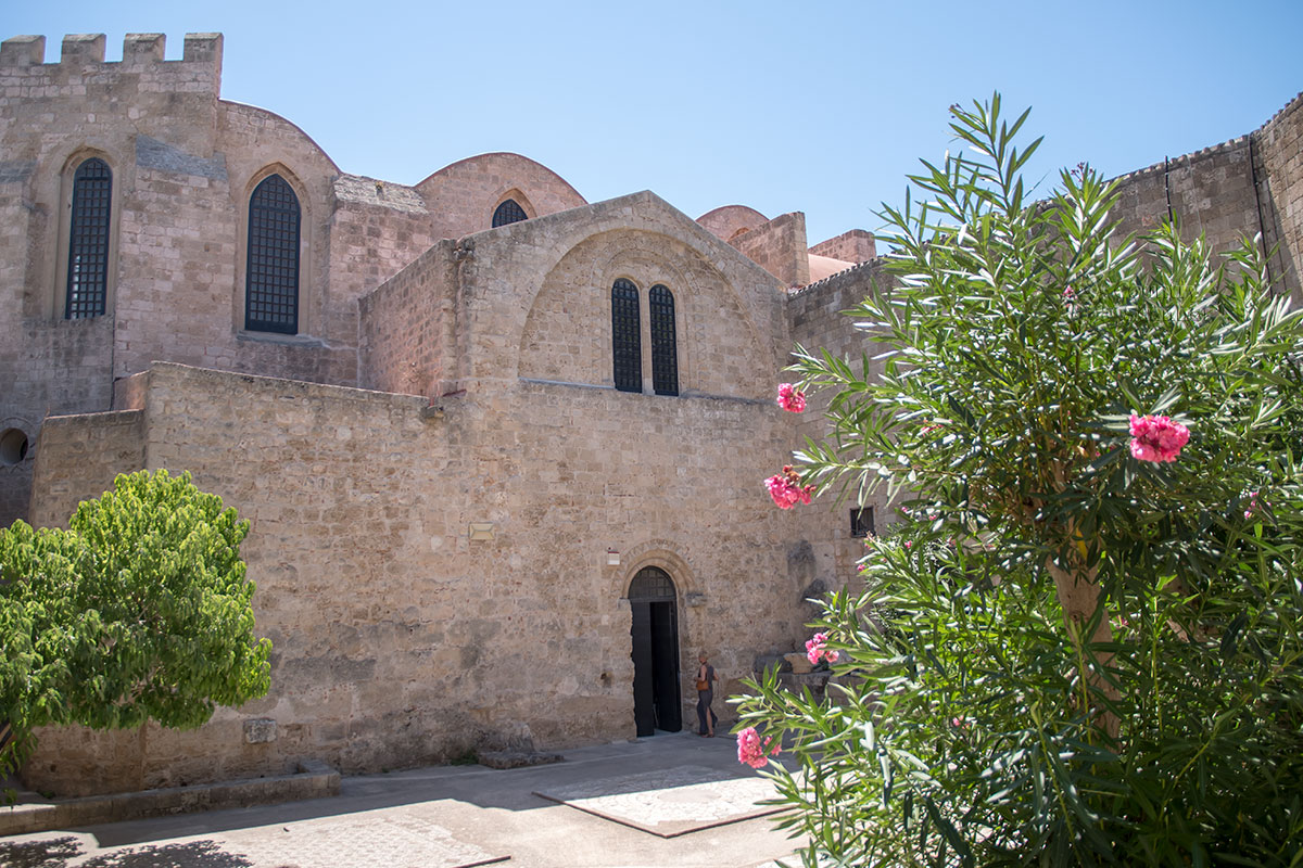 Внутренние постройки не раз реконструированного храма Панагиа ту Кастру с восточного направления вплотную примыкают к крепостной стене Старого города.