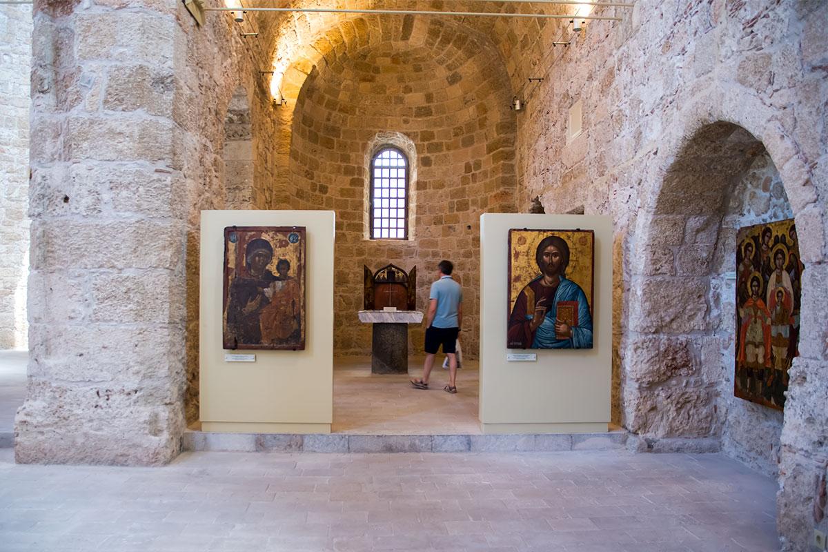 Боковые нефы родосского храма Панагиа ту Кастру используются в качестве выставочных площадей с размещением иконописных раритетов.