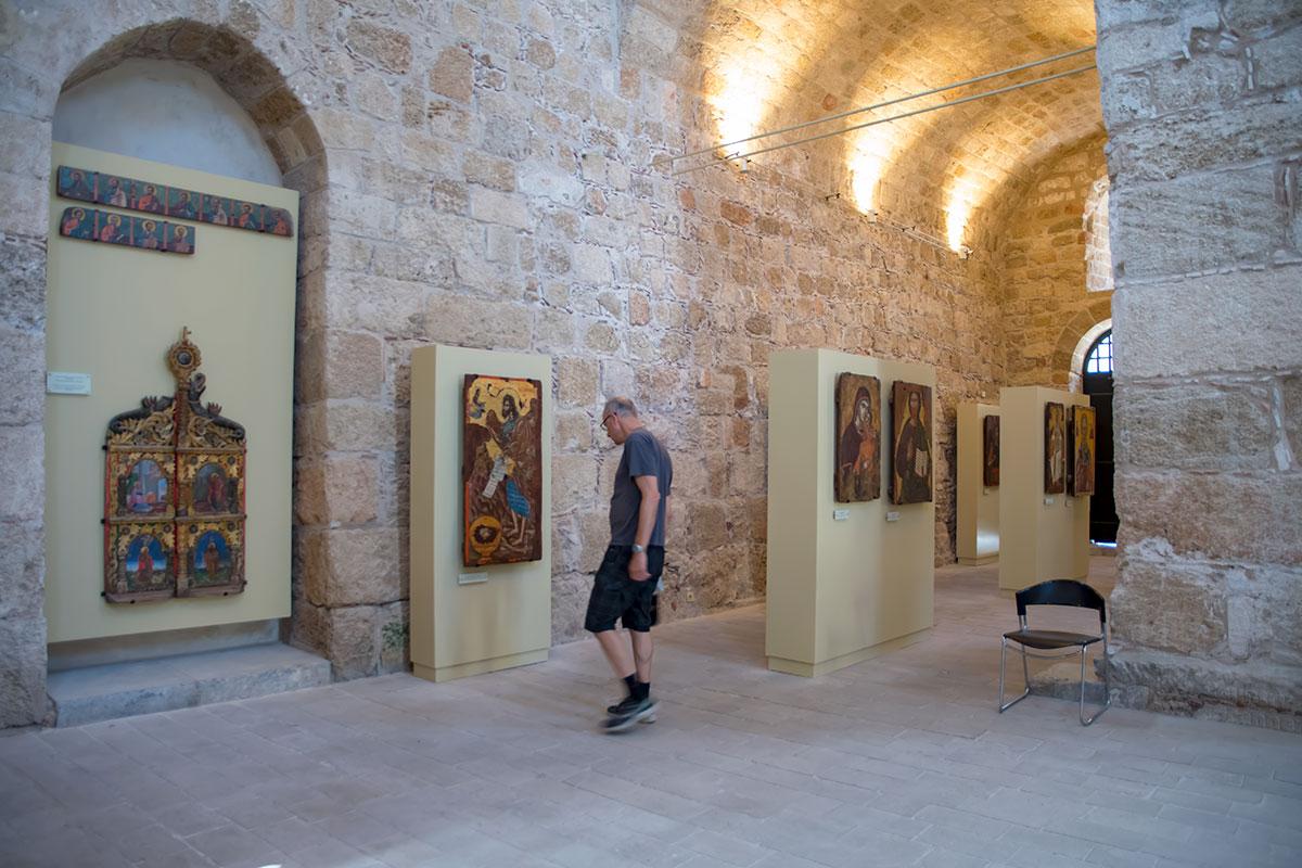 Наряду с каноническими изображениями православных святых, галерея храма Панагиа ту Кастру содержит гербы участвовавших в ее оформлении.