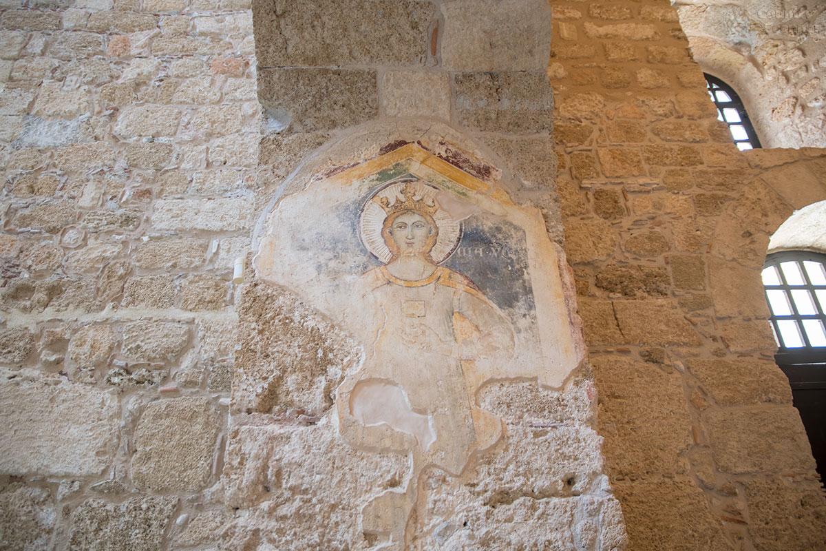 Специалисты опознают в росписи южной стены храма Панагиа ту Кастру изображение Лучии Сиракузской, но за истинность мы не ручаемся.
