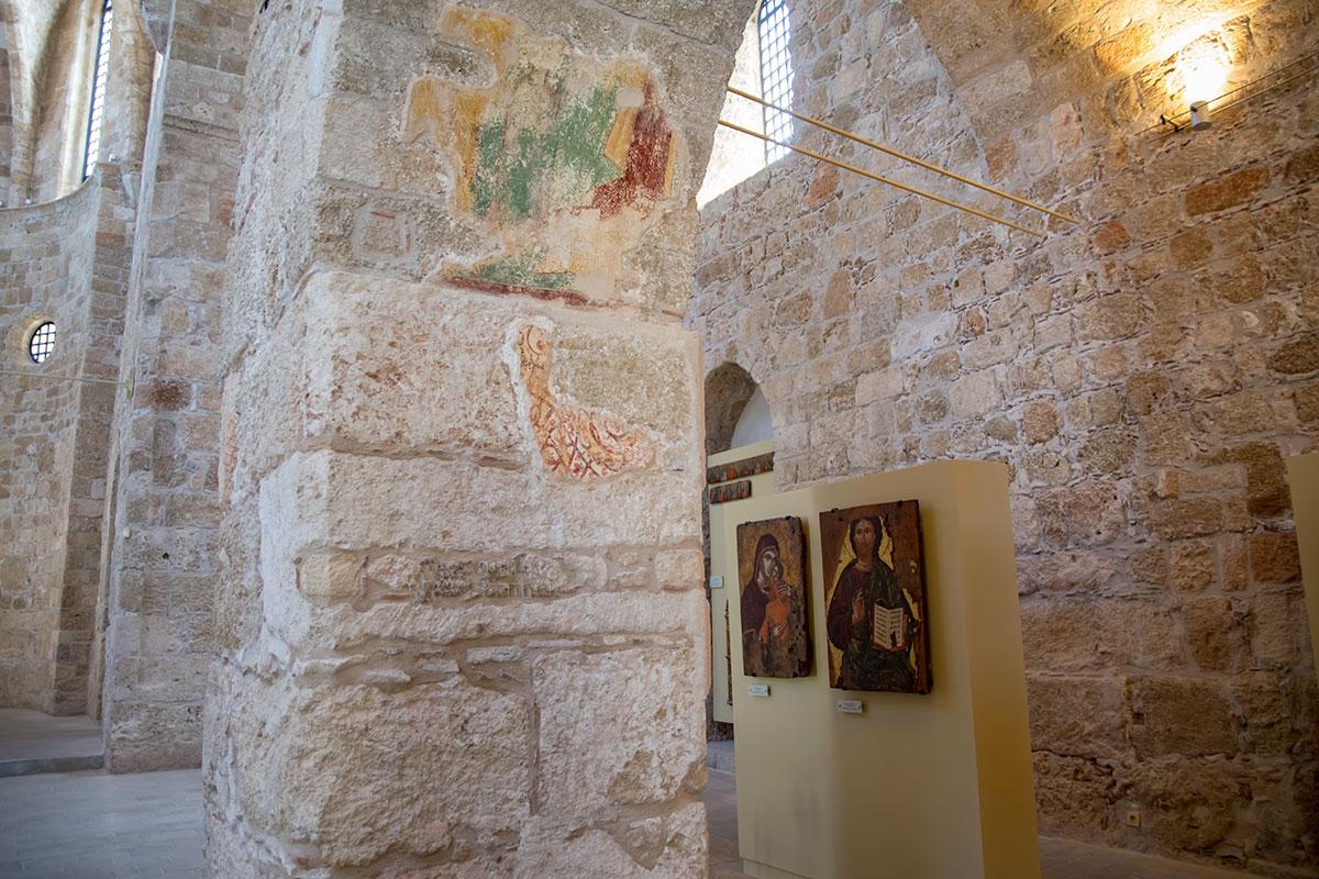 Некоторые настенные изображения, вернее, их фрагменты, исследователи храма Панагиа ту Кастру пытаются распознать по сюжету и персонажам.