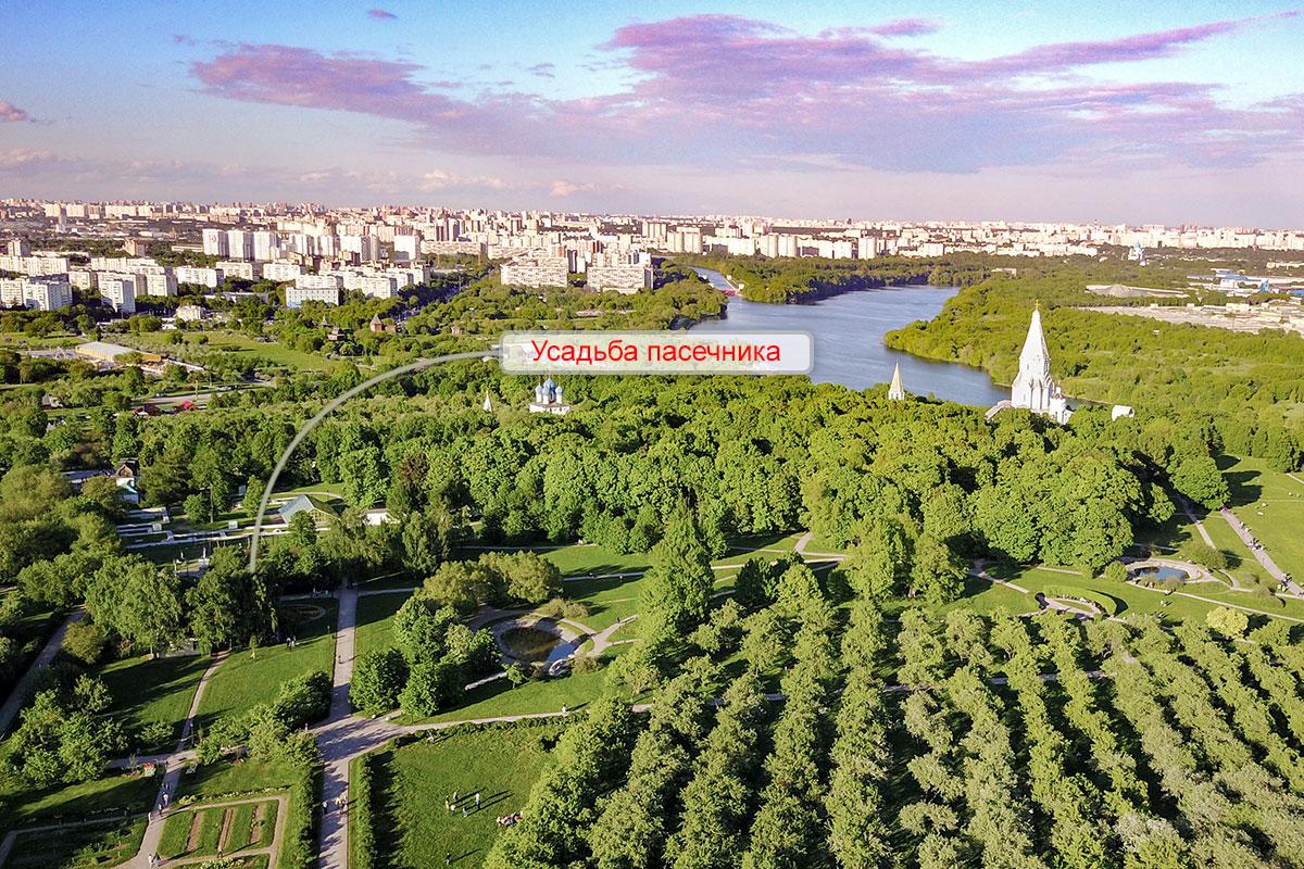 Демонстрационная усадьба пасечника располагается между яблоневыми посадками, Аптекарским огородом и Кормовым двором царской резиденции.