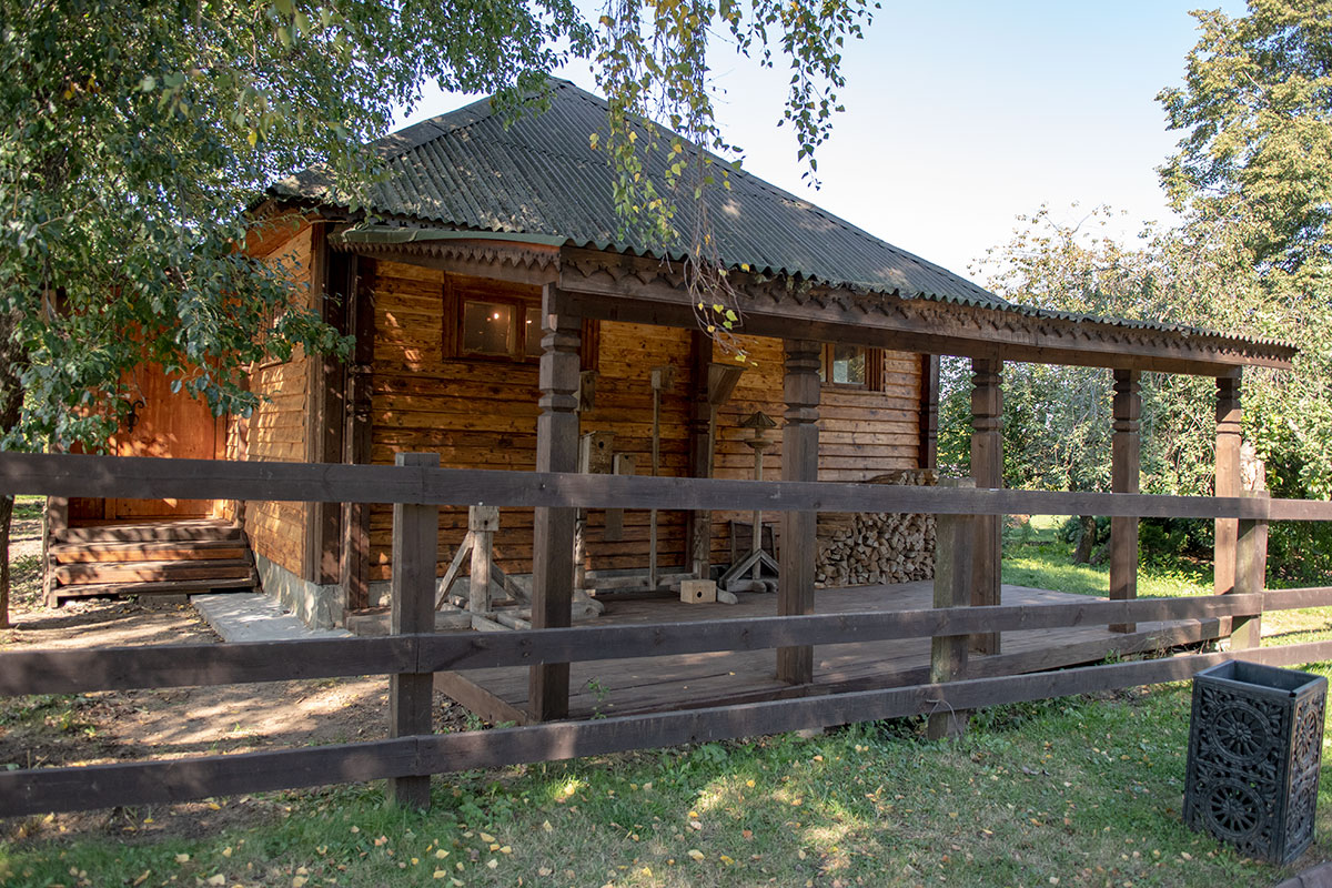 Крытая веранда усадьбы пасечника предназначена для хранения похожих на скворечники переносных ульев (колоды и бортни).