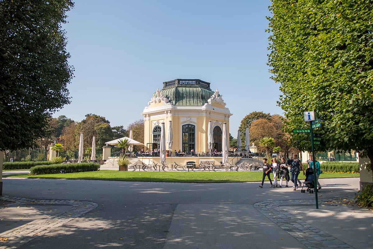 Павильон для императорских завтраков, возведенный в центре зоопарка Шенбрунна, позволял правителю и свите лицезреть нравящихся обитателей.