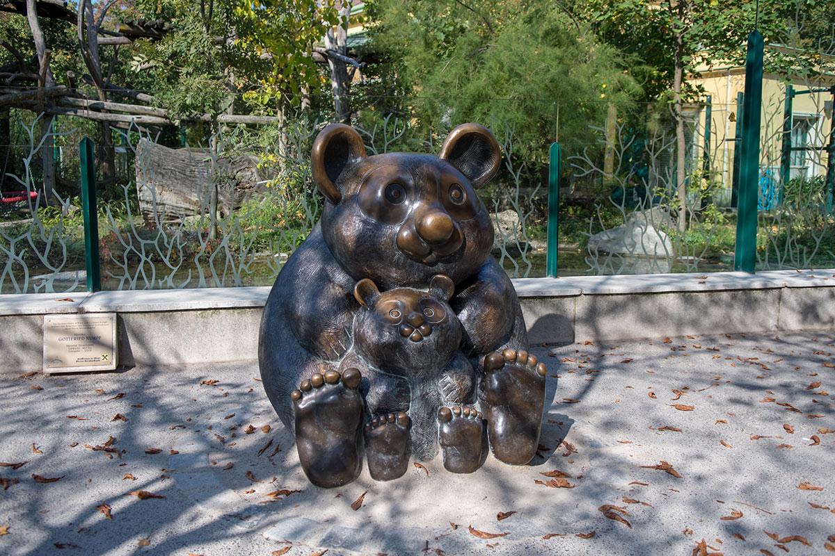 Бронзовые скульптуры зоопарка Шенбрунна посвящены не только знаменитым пандам, фигуры животных предваряют почти все разделы экспозиции.