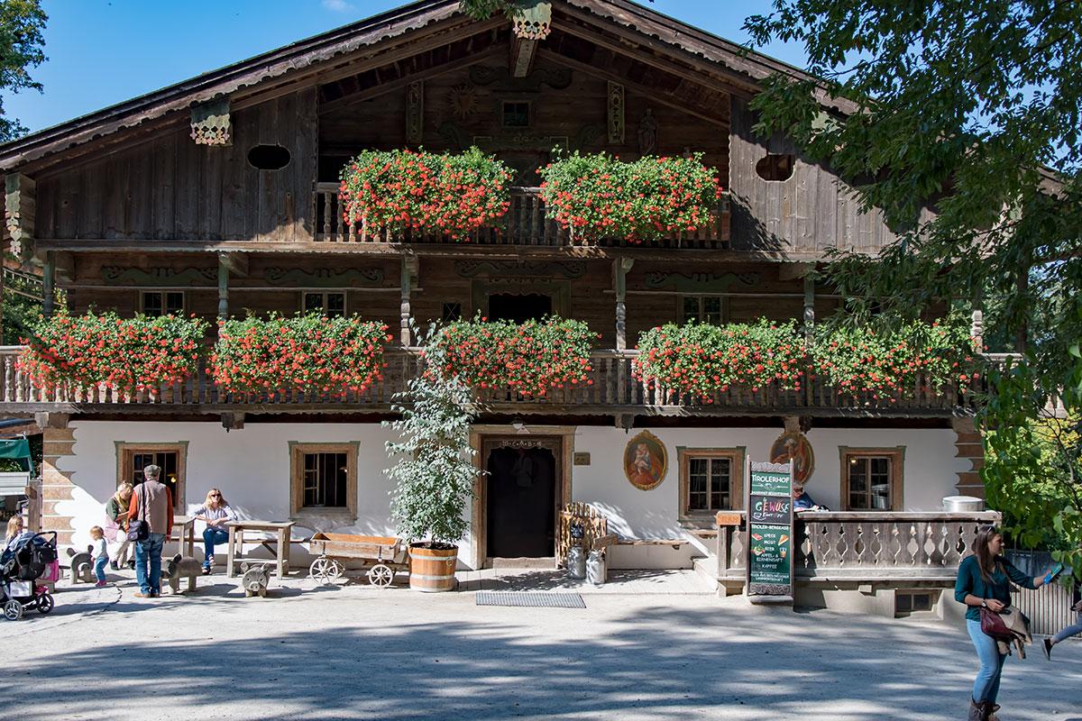 Перестроенный недавно с использованием частей XVIII века тирольский дом вблизи зоопарка Шенбрунна изумительно декорирован цветущими растениями.