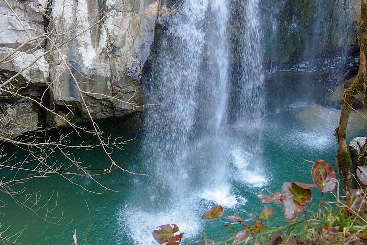 Многоструйный Верхний из каскада Агурских водопадов разбрызгивает свои потоки по широкому водному зеркалу, словно дождевальная установка.