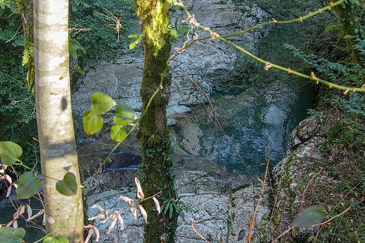 Наименее доступным для обозрения и фотографирования из трех Агурских водопадов является Средний, видимый только с высокой скалы.