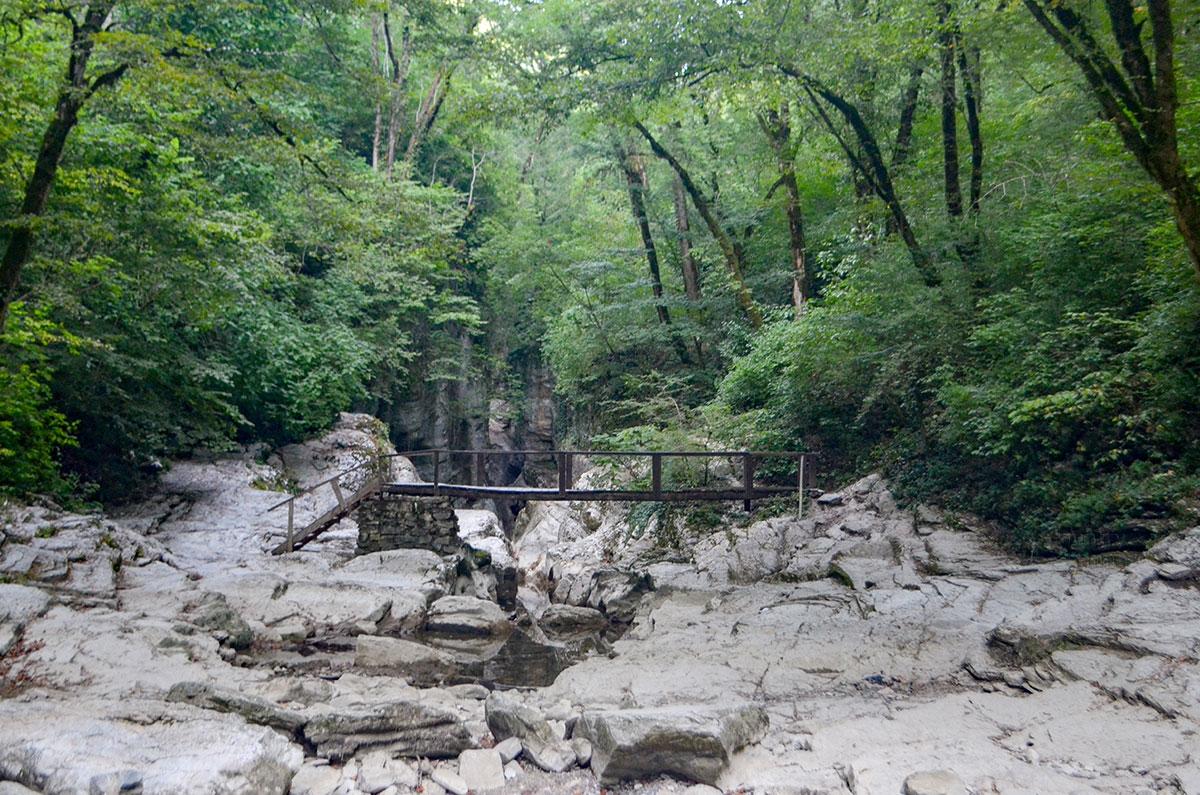 В засушливые периоды Агурские водопады и сама река теряют наполняемость водой, превращаясь в каменное нагромождение.
