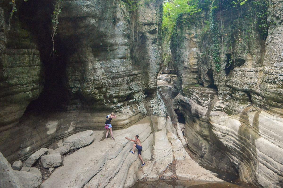 Только в засуху посетители Агурских водопадов могут видеть глубину речного каньона, крутизну его склонов, попасть посуху в Чертову пещеру.