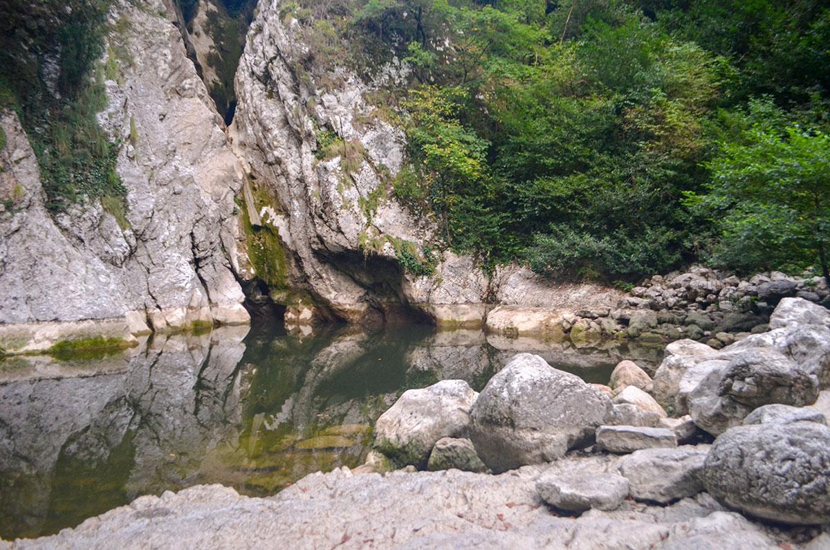 Каменные чаши под Агурскими водопадами в засушливые периоды сильно мелеют, оставшаяся вода застаивается и приобретает болотный запах.