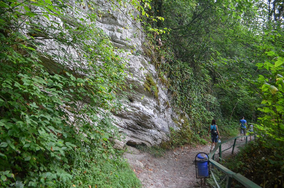 Проход на Агурские водопады в скальном массиве вырубили любители путешествий из местного клуба уже больше ста лет назад.