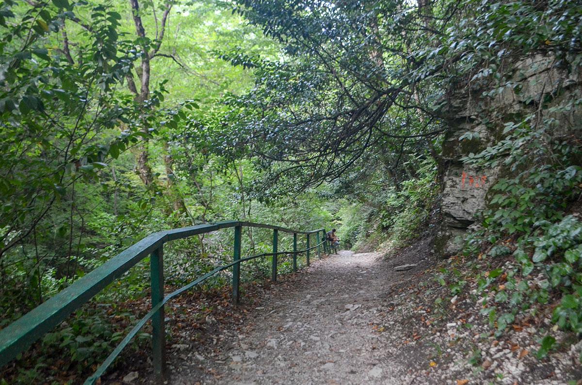 Прорубленную в скалах более века назад дорогу к Агурским водопадам за государственные деньги оградили перилами со стороны обрыва.