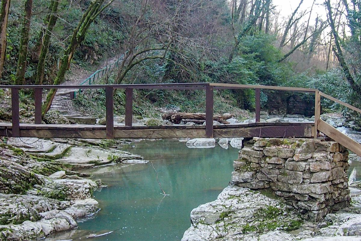По пути на Агурские водопады туристическая тропа выводит на деревянный мостик, переброшенный через неширокое речное русло.