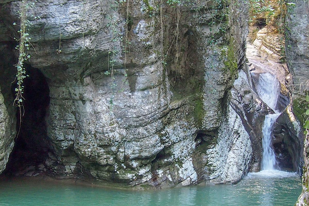 Первым из Агурских водопадов посетители осматривают Нижний, ближайший от начала маршрута, состоящий из двух уровней падения воды.