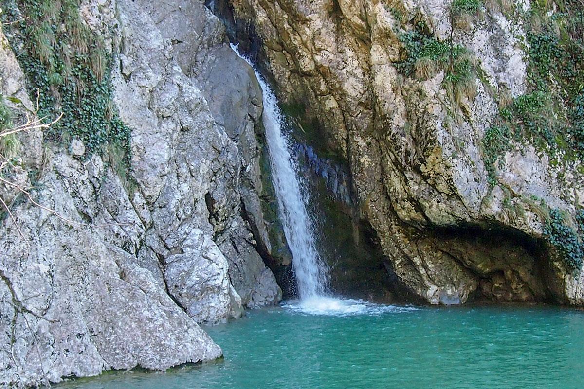 Все водные потоки Агурских водопадов приблизительно равны по высоте падения струи, каждый своеобразен и имеет отличительные признаки.