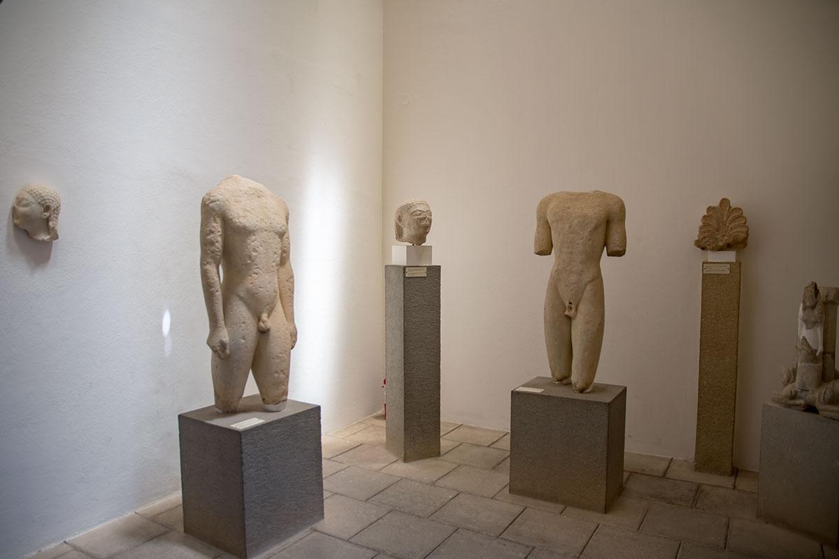 Зрители замечают, что размеры постаментов под экспонатами Археологического музея Родоса размерами способствуют удобству осмотра.