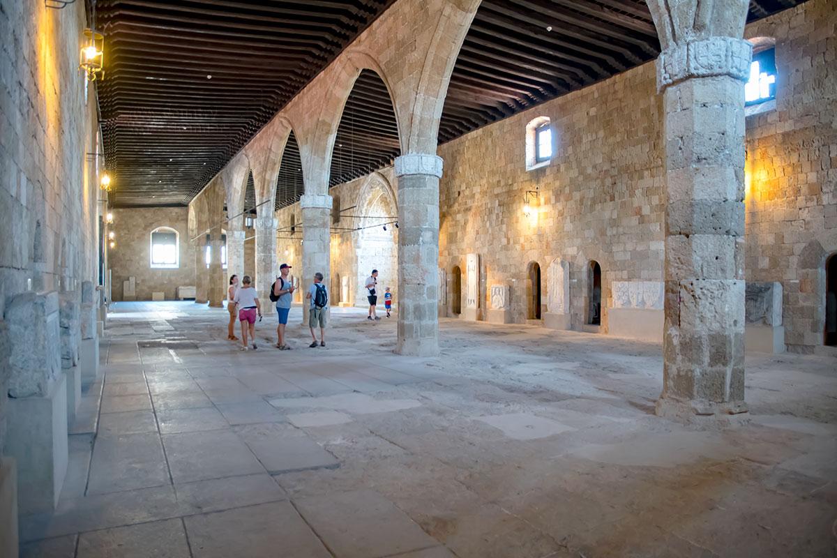 Самый просторный и примечательный зал рыцарского госпиталя, где находилась общая палата, Археологический музей Родоса занял гербами рыцарей и их надгробиями.