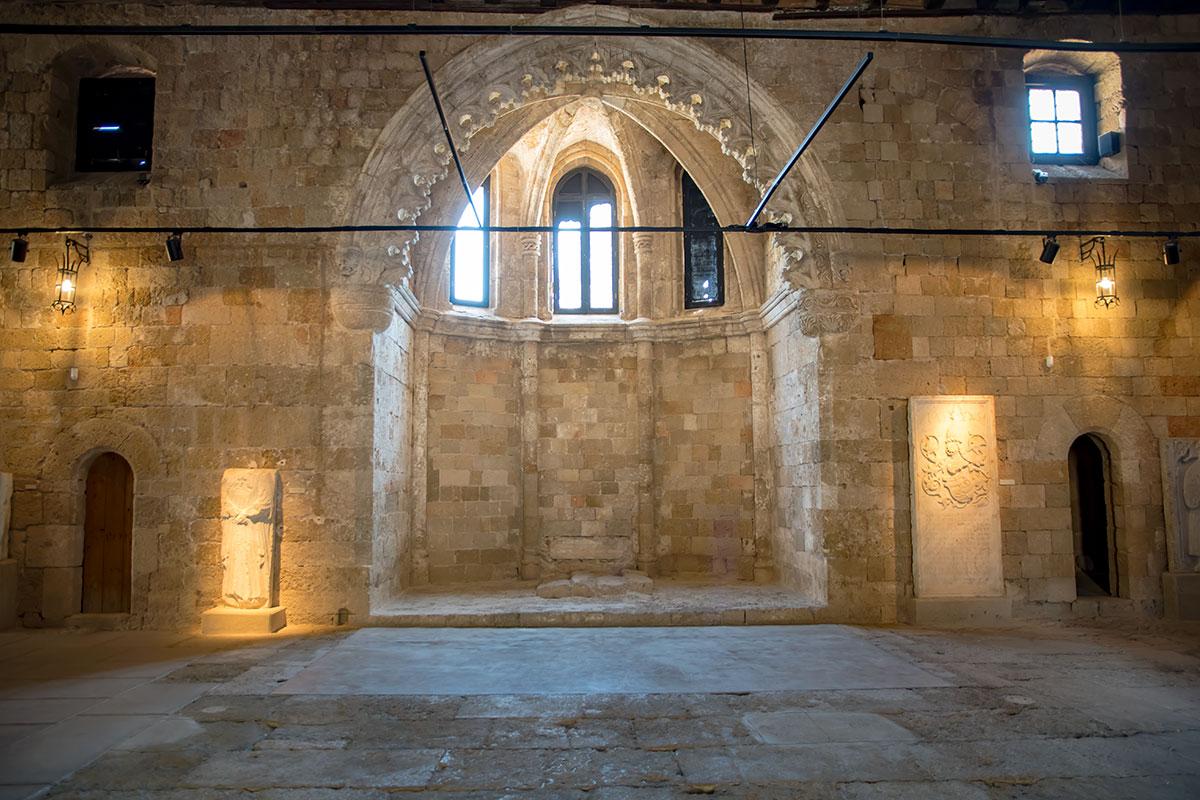 Археологический музей Родоса обеспечивает тщательный контроль за состоянием старинного здания, установив систему маяков для фиксации подвижек.