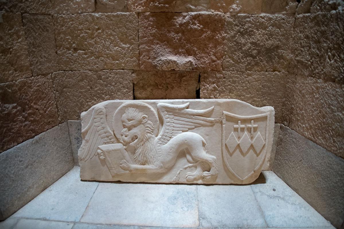 Один из рыцарских гербов из коллекции Археологического музея Родоса настолько своеобразен, что воспринимается как шарж или карикатура.