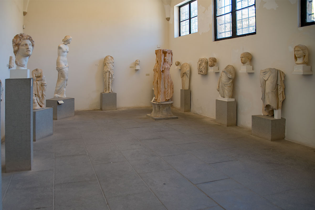 Наиболее ценные скульптуры Археологический музей Родоса разместил в палатах ВИП-пациентов, здесь голова Гелиоса и Афродита Морская.