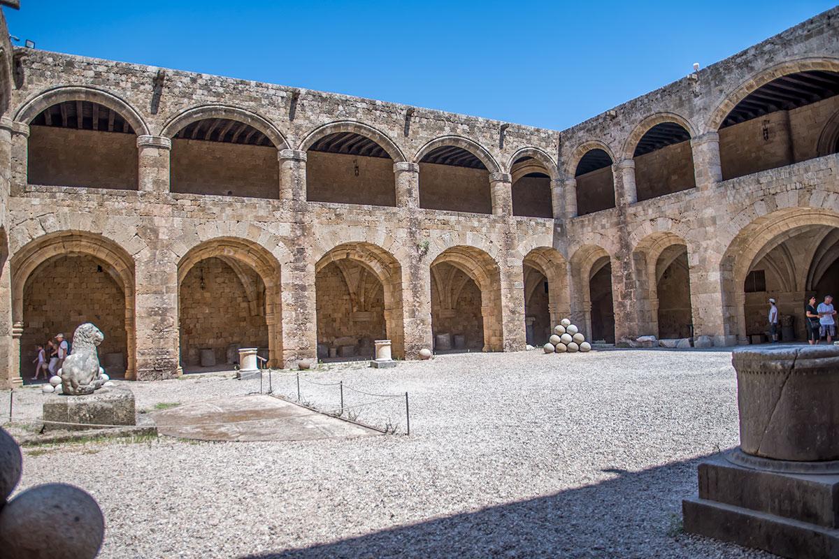 Разместить Археологический музей Родоса в здании бывшей лечебницы ордена госпитальеров решено уже в ходе Второй мировой войны.