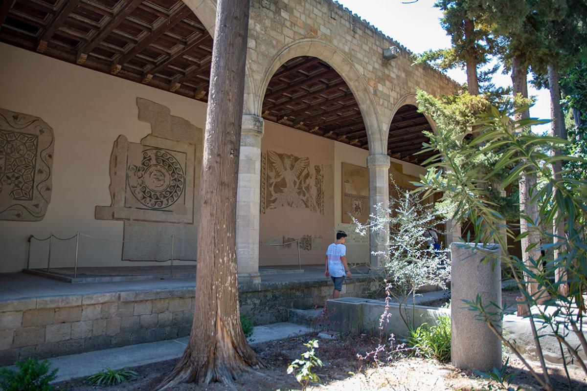 Выставку разнообразных мозаик из морской гальки Археологический музей Родоса разместил на полу и стенах специального атриума в саду.
