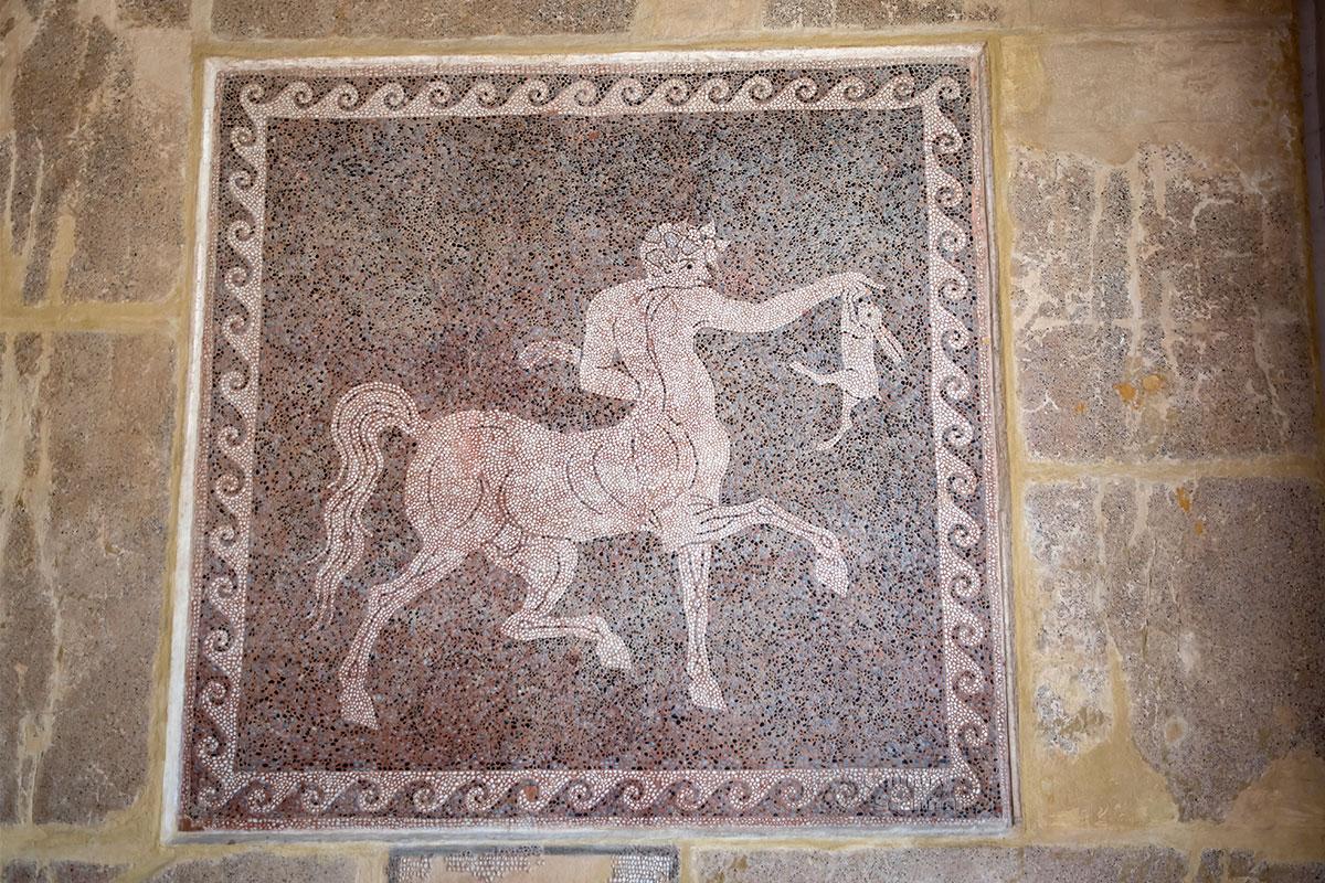 Одна из наиболее сохранившихся мозаик Археологического музея Родоса изображает мифического кентавра, возвращающегося с охоты.