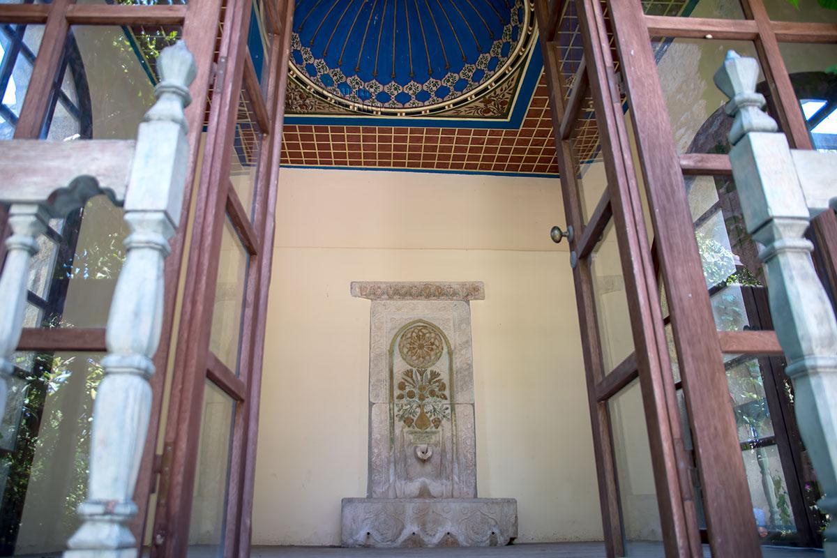 Один из зрелищных экспонатов мусульманской экспозиции в Археологическом музее Родоса, пристенный фонтан, удивительно похож на садовый.