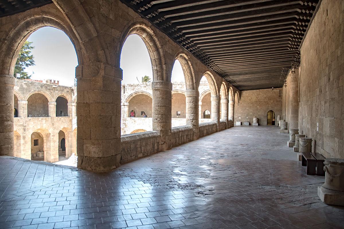 Верхний ярус галерей Археологического музея Родоса производит впечатление своими портиками на мощных колоннах и деревянными перекрытиями.